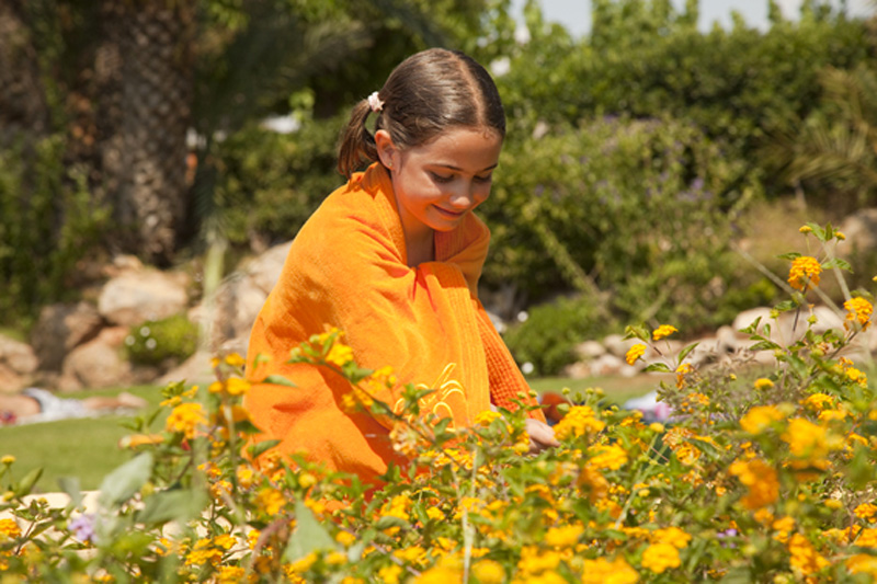 Camping-Stel---nena-recollint-flors